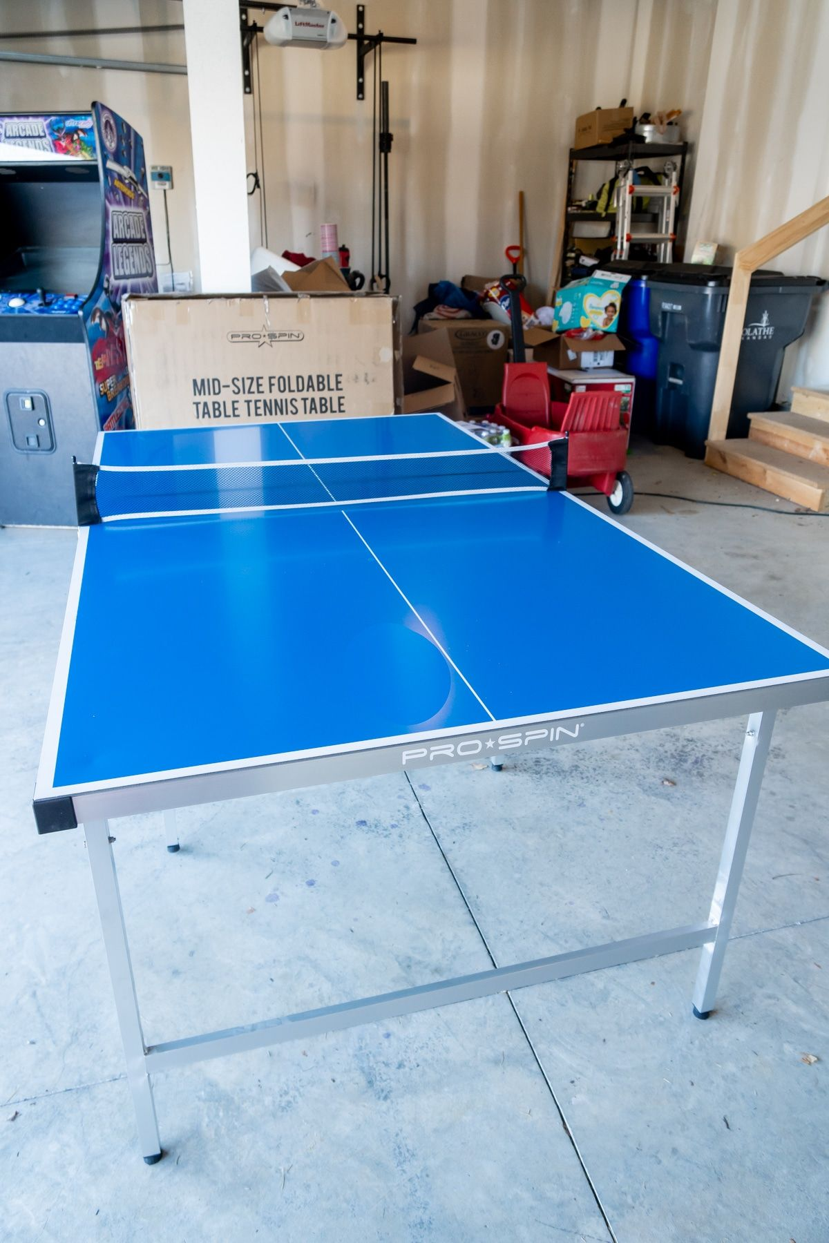 Table de ping-pong pliable Pro-Spin dans un garage
